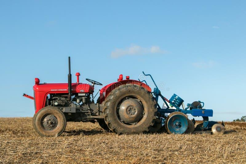 старый красный винтажный трактор ferguson massey стоковое изображение rf