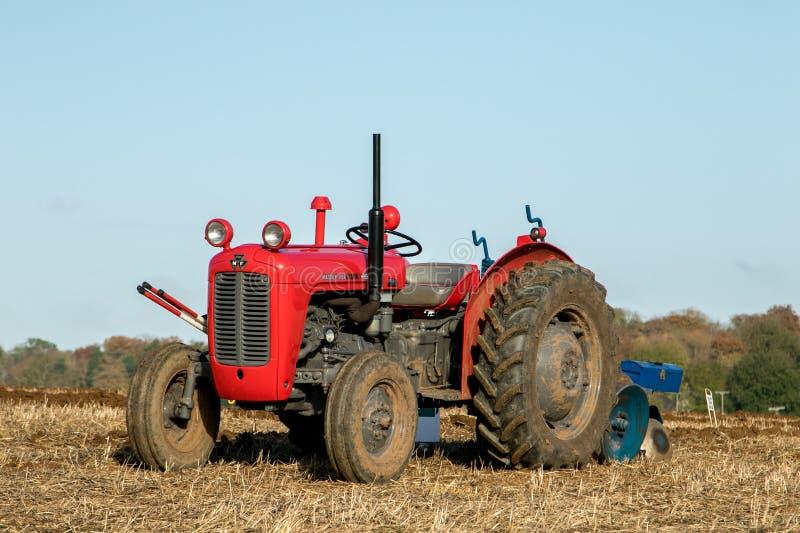 старый красный винтажный трактор ferguson massey стоковые изображения rf