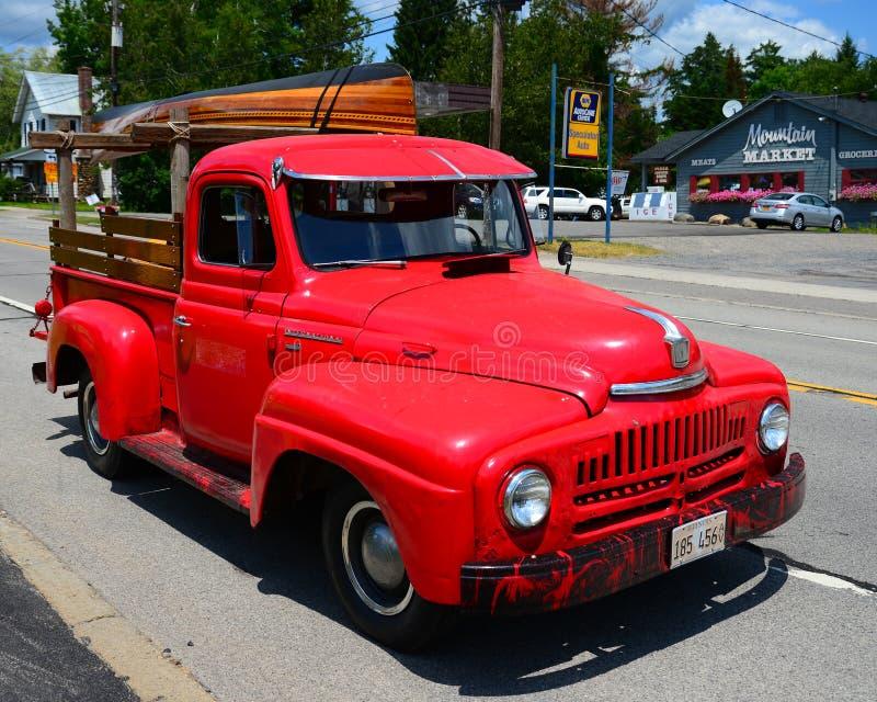 Старый красный международный грузовой пикап стоковое изображение rf