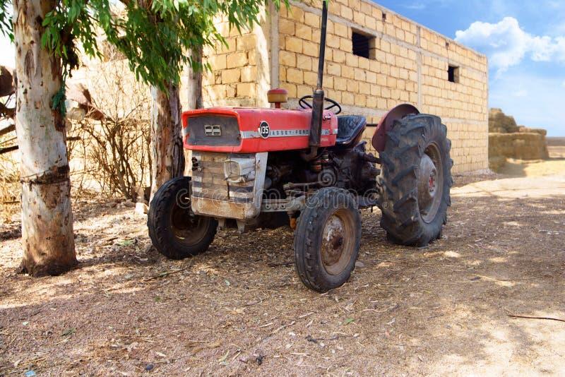 Старый красный трактор в фермере стоковое изображение