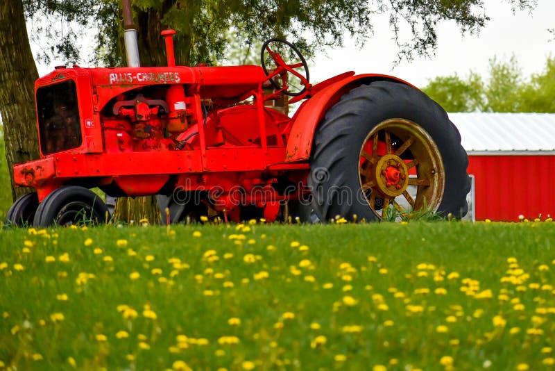 Старый красный трактор фермы Allis Chalmers стоковое фото rf