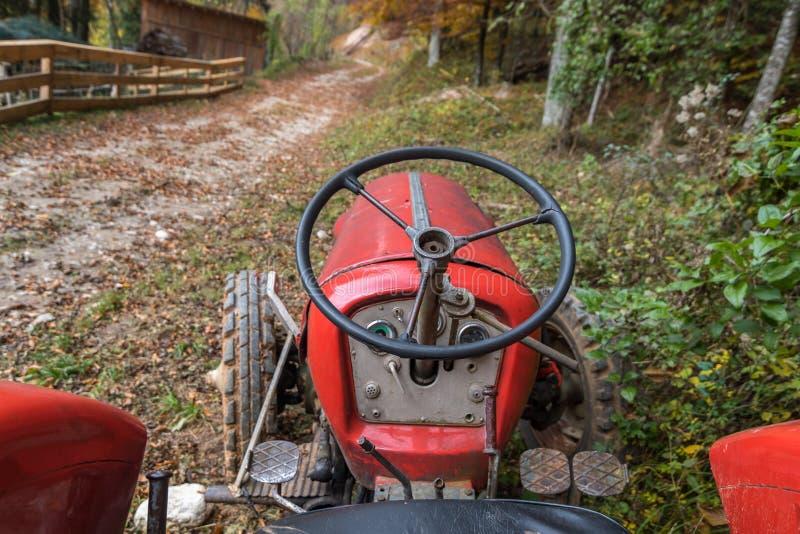 старый красный трактор стоковые фотографии rf