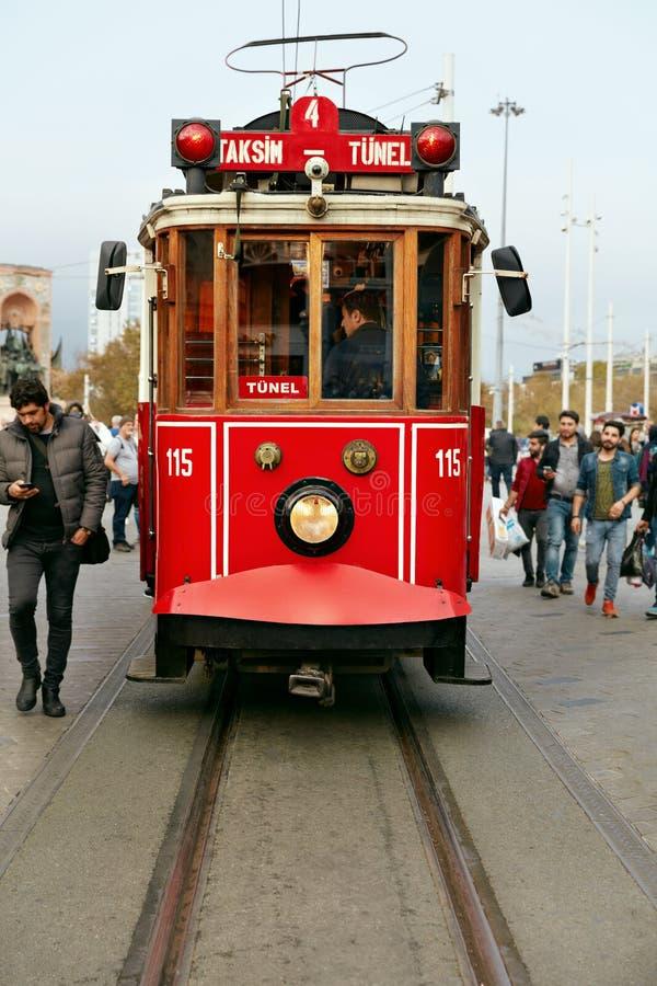 Старый красный трамвай на улице города, электрическом переходе Taksim-Tunel стоковая фотография