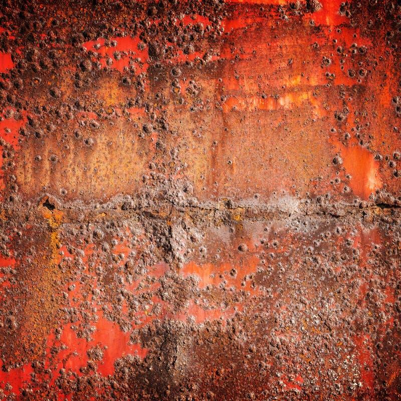 Старый красный цвет заржавел железная стена, квадратная текстура предпосылки стоковые фотографии rf