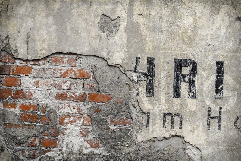 Старый крупный план картины кирпичной стены с частями писем стоковая фотография