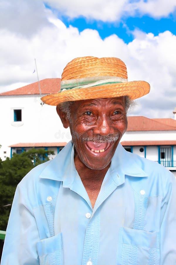 Старый кубинский человек с шлемом сторновки делает смешную сторону стоковое изображение rf