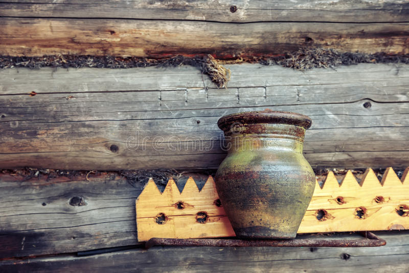 Старый кувшин глины на деревянной предпосылке стоковые фото