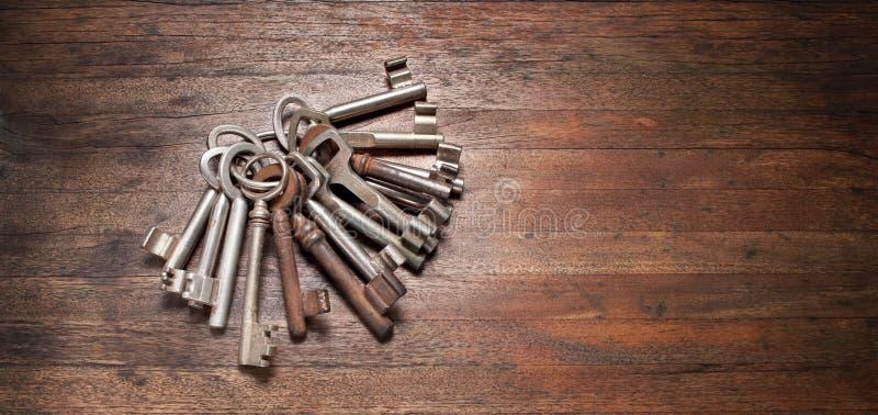 Старый ключ пользуется ключом предпосылка стоковое фото
