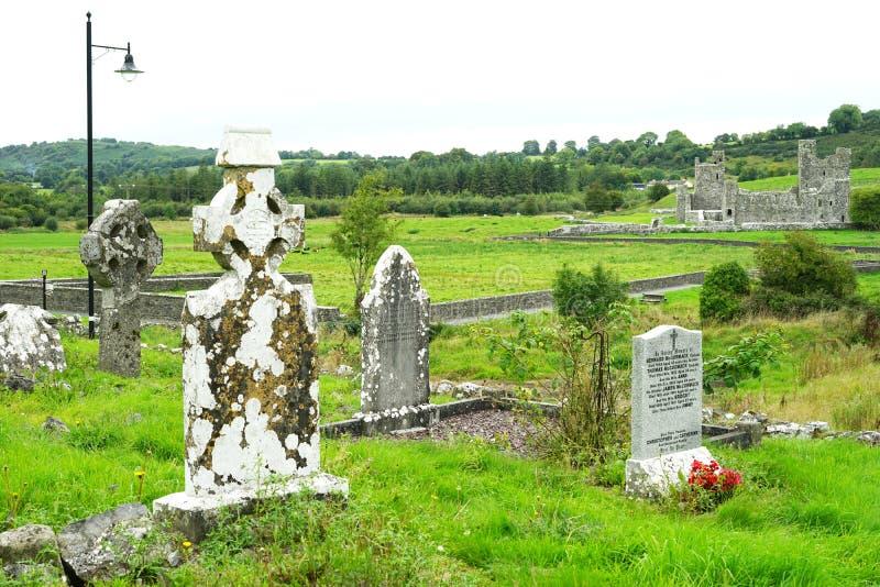 Старый лишайник покрыл кельтские могильные камни стоковая фотография