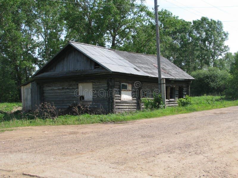 Старый магазин в одной из покинутых деревень России стоковое фото