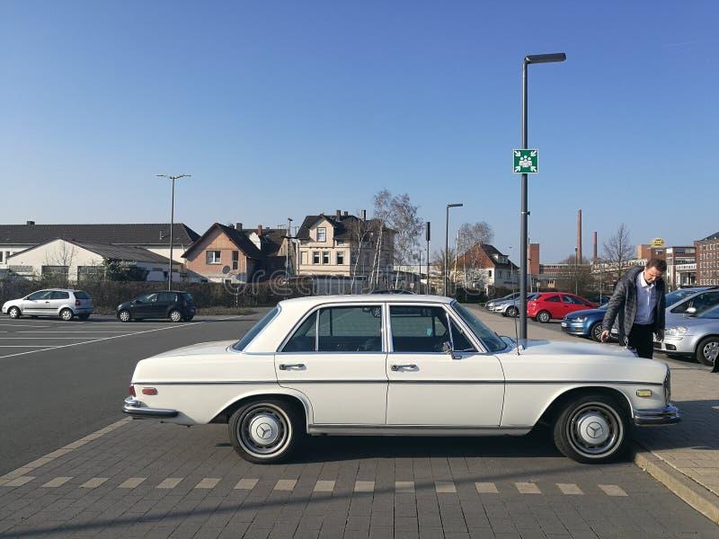 Старый Мерседес-benz Daimler останавливая в парке стоковое изображение