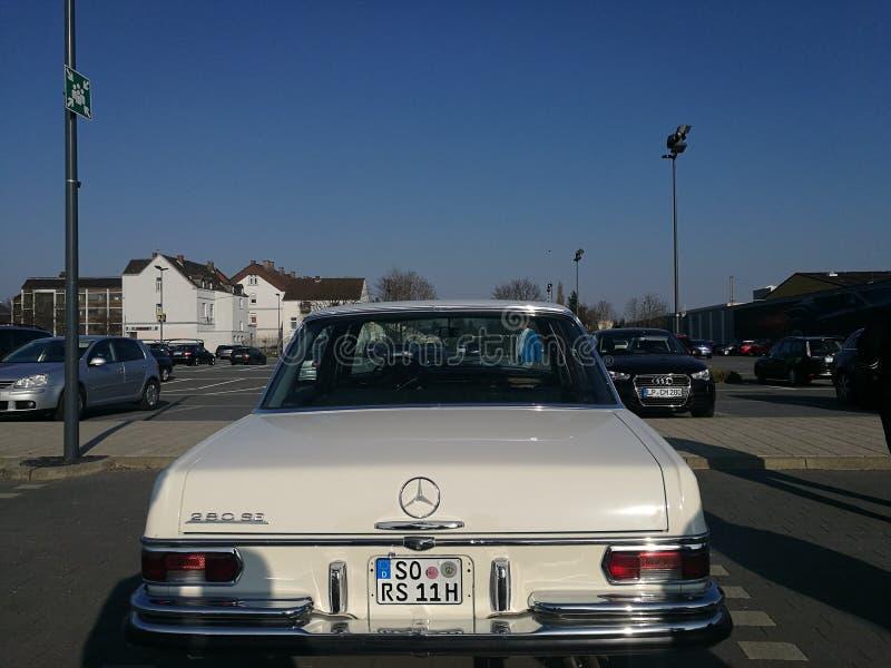 Старый Мерседес-benz Daimler останавливая в парке стоковые фотографии rf