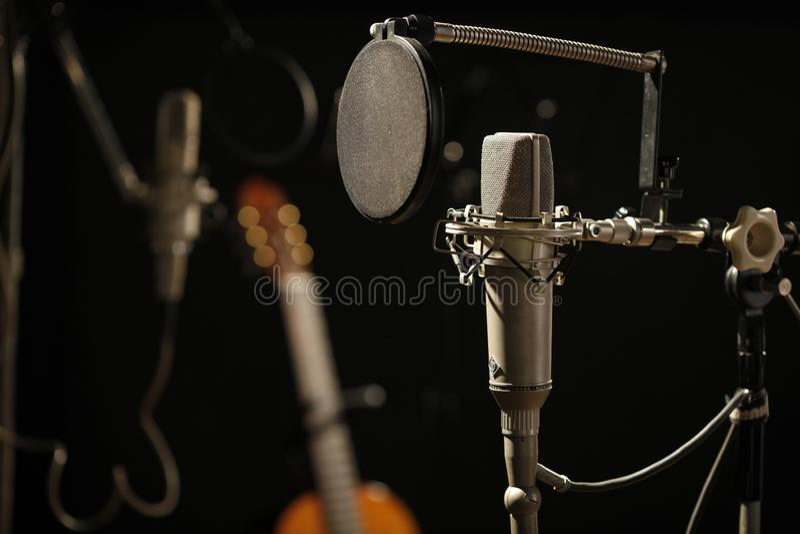 Старый микрофон в темной студии звукозаписи стоковое фото rf