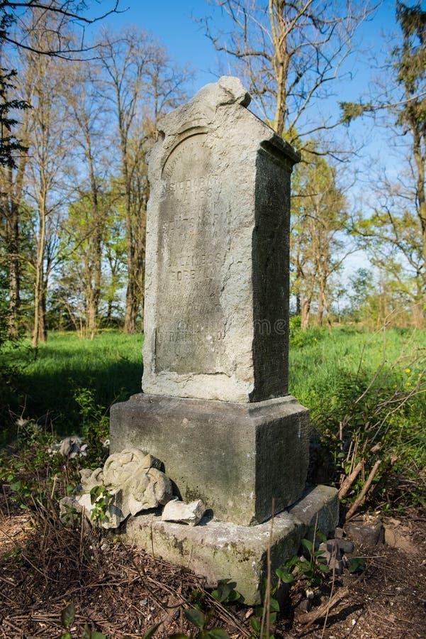 Старый могильный камень стоковое изображение