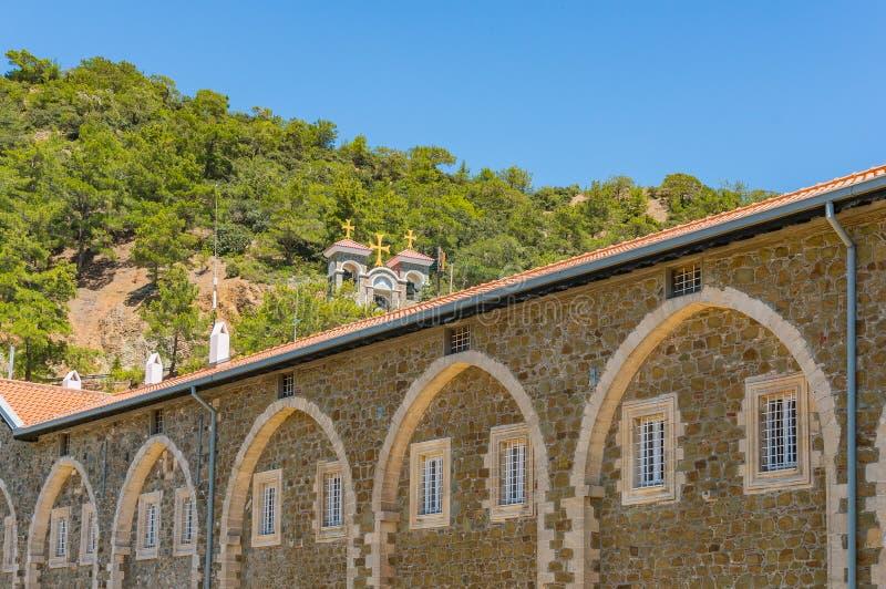 Старый монастырь Kykkos главная святыня Кипра Каменная колокольня расположенная на наклоне горы над монастырем, стоковое изображение