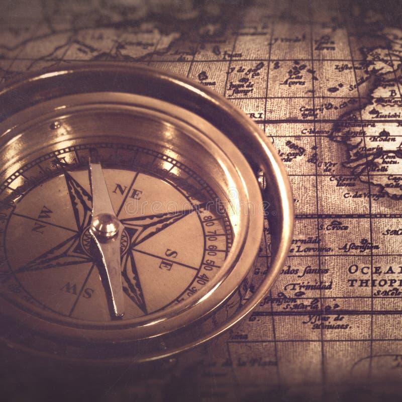 Старый морской компас над картой стоковое изображение