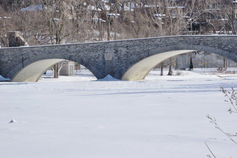 Старый мост мельницы над Humber в в начале февраля стоковые фотографии rf