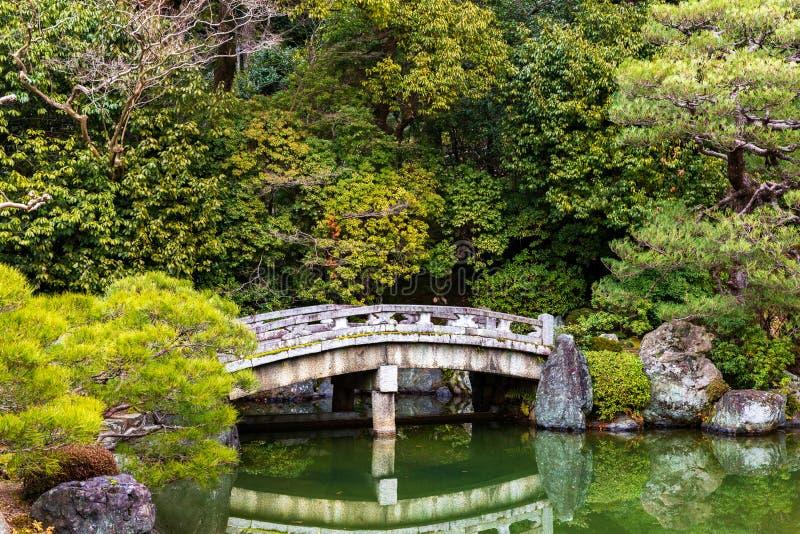 Старый мост над озером внутри Chion-в виске в Киото, Японии стоковые фотографии rf
