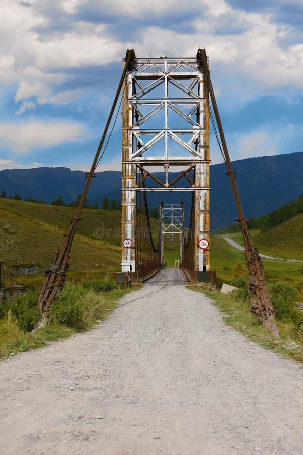 Старый мост до река Katun Россия стоковые фотографии rf