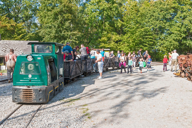 Старый музей шахты с следами и поездом стоковые фотографии rf