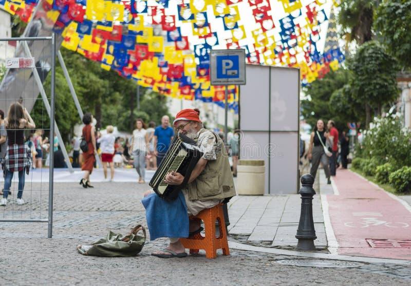 Старый музыкант на улице стоковая фотография