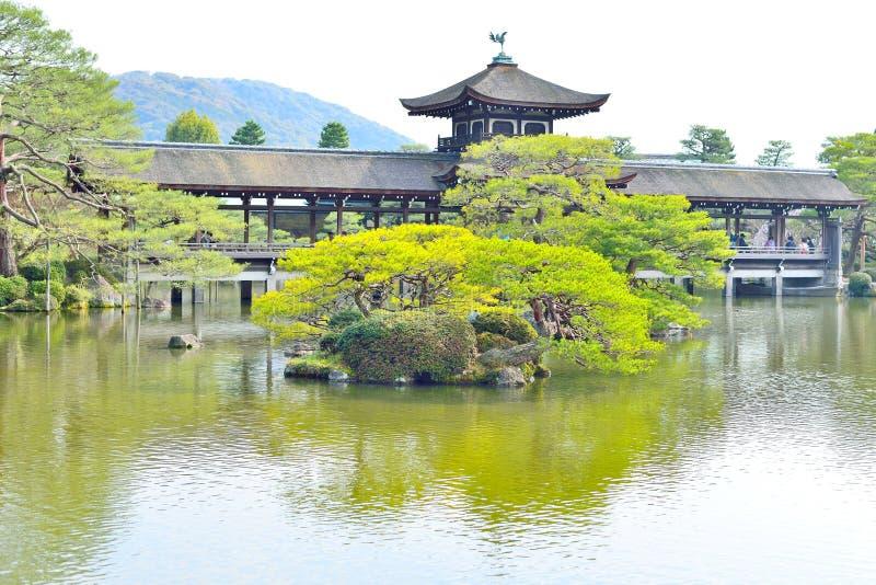 Старый настелинный крышу мост в саде на Heian Jingu Киото стоковая фотография rf