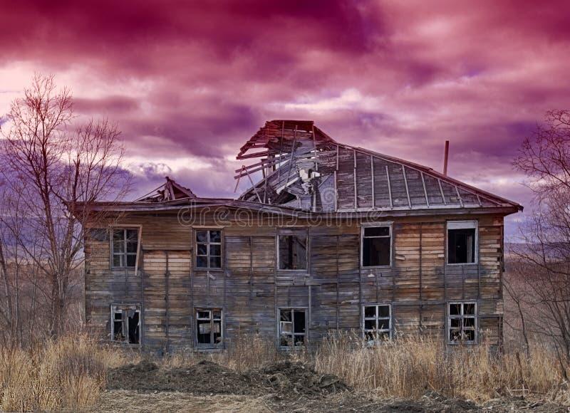 Старый некрасивый разрушанный деревянный дом стоковая фотография rf