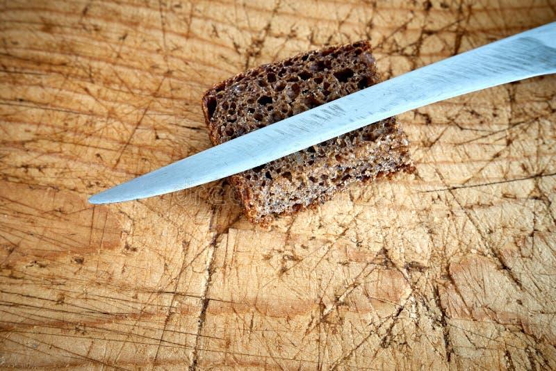 Старый нож разделочной доски стоковые изображения rf