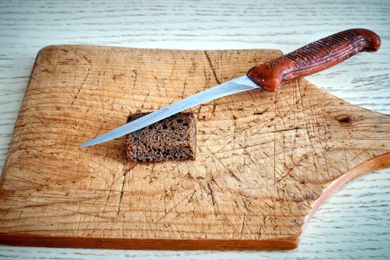 Старый нож разделочной доски стоковые изображения