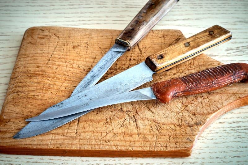 Старый нож разделочной доски стоковое изображение