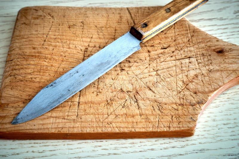 Старый нож разделочной доски стоковые фото