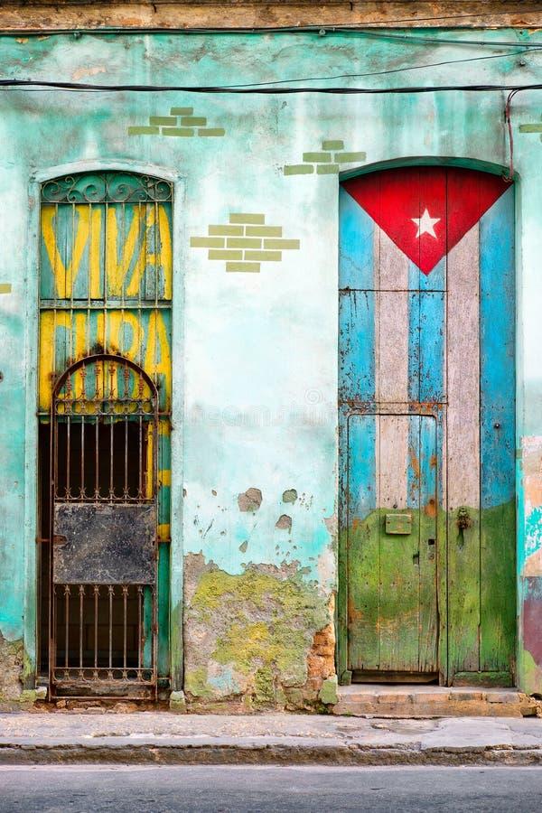 Старый дом в Гаване с покрашенным кубинским флагом стоковое изображение rf