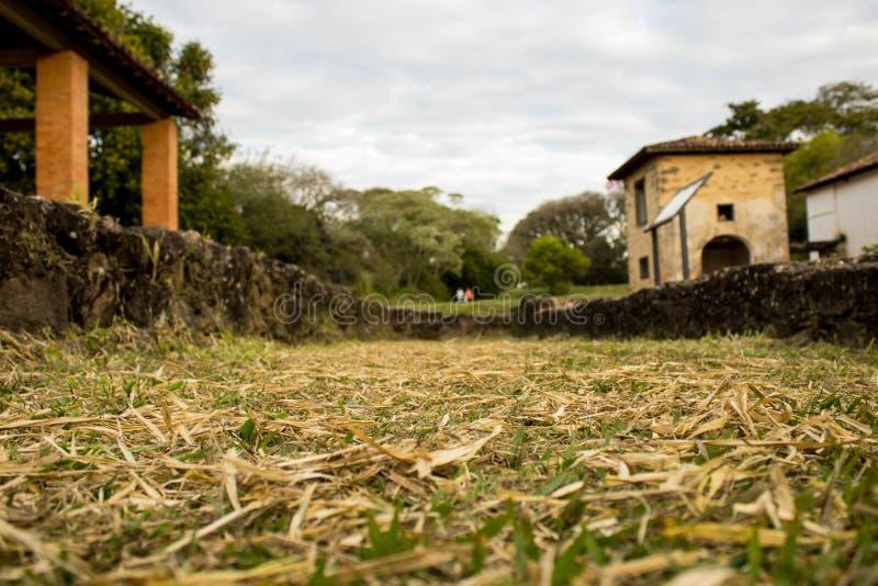 Старый дом в руинах, несколько загадочном и преследовать месте стоковое фото