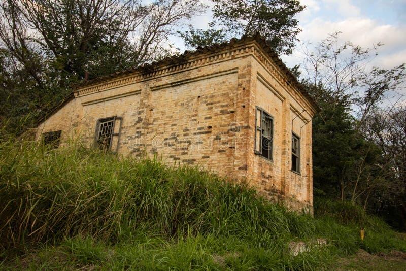 Старый дом в руинах, несколько загадочном и преследовать месте стоковые фотографии rf