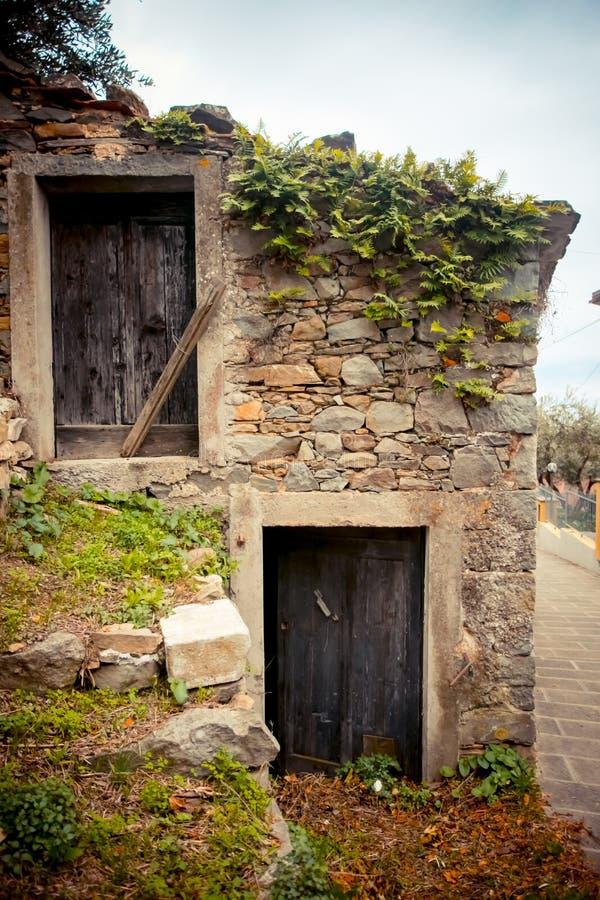 Старый дом и старые двери стоковые изображения rf