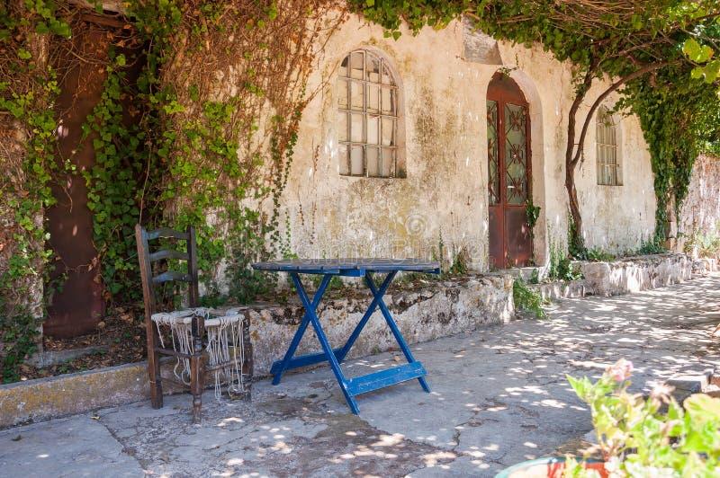 Старый дом перерастанный с лозами стоковые изображения rf