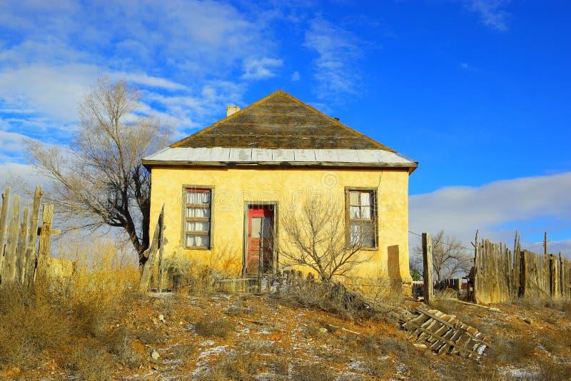 Старый дом самана стоковое изображение