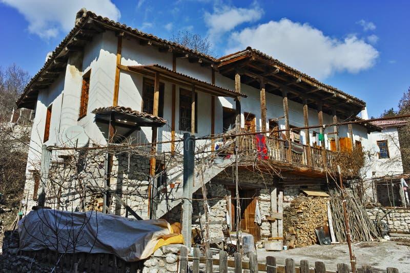 Старый дом с деревянным крылечком в деревне Rozhen, Болгарии стоковые изображения rf