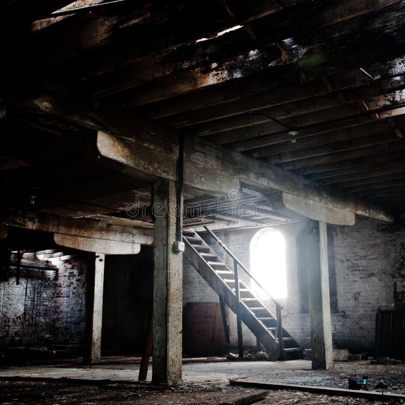Старый опорожните покинутую комнату с деревянными столбцами и кирпичными стенами стоковое изображение