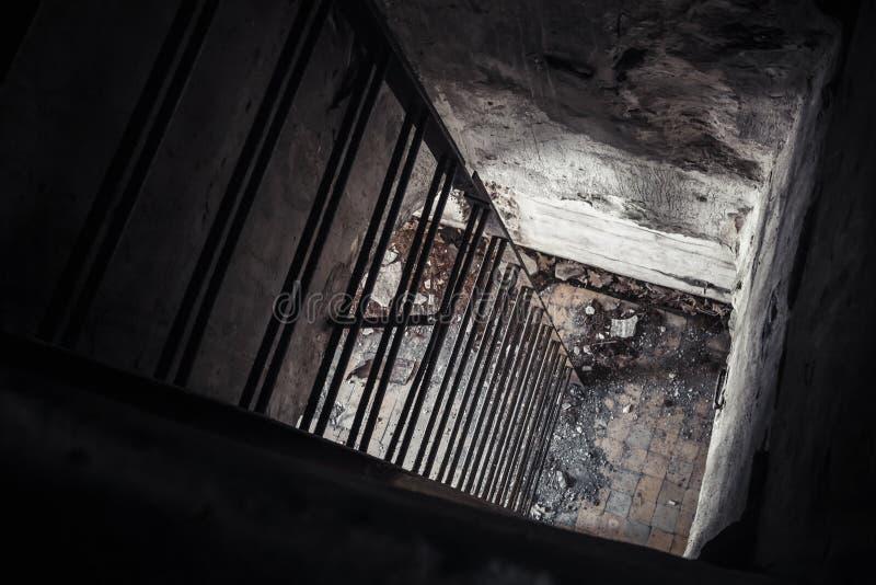 Старый опорожните покинутый интерьер бункера, лестницу стоковые фото