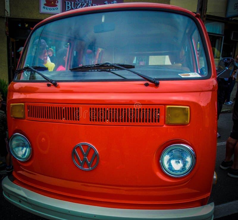 Старый, оранжевый приведенный фургон VW стоковая фотография rf
