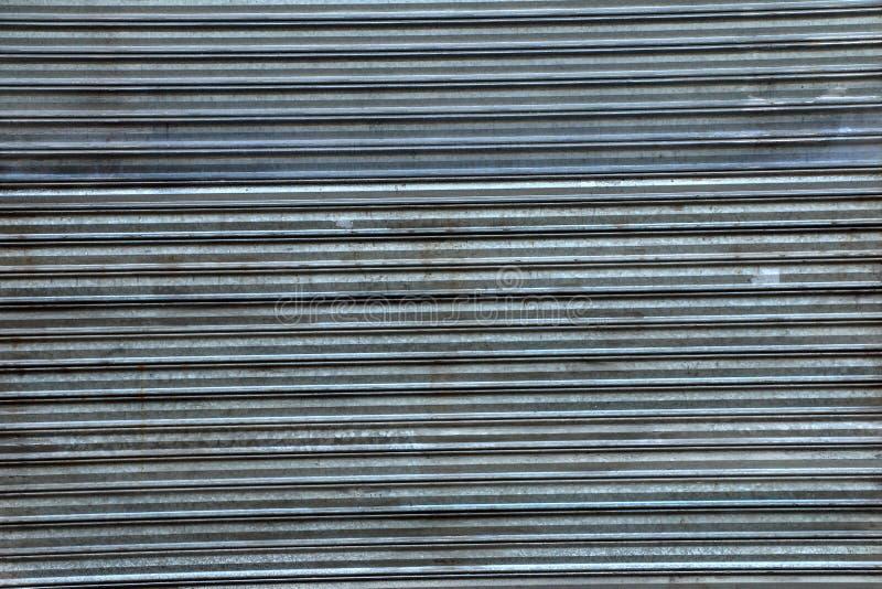 Старый пакостный рифлёный металлический лист двери скольжения стоковое изображение