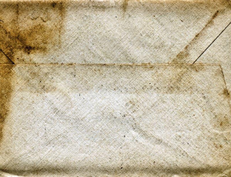Старый пакостный скомканный конверт стоковые фото