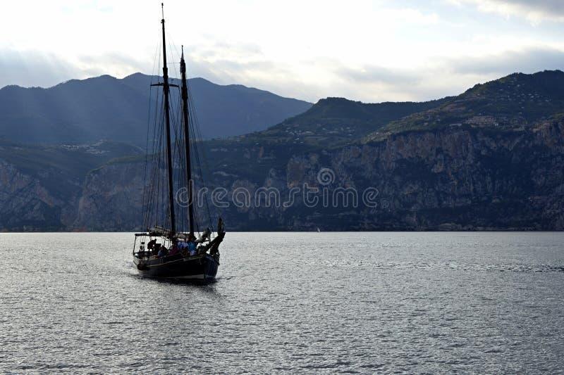 Старый парусник на гавани Garda озера причаливая стоковые фотографии rf