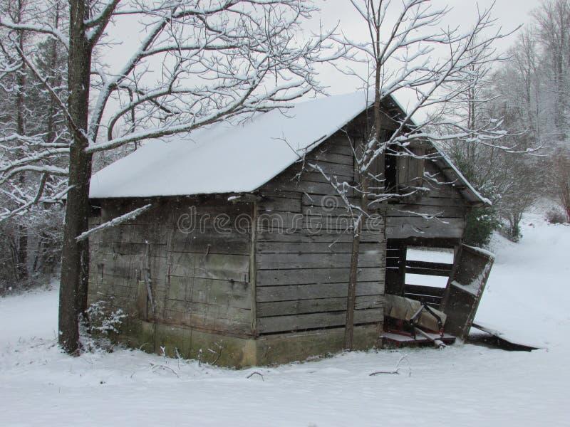 Старый падать снега wiith сельскохозяйственного строительства стоковое фото rf