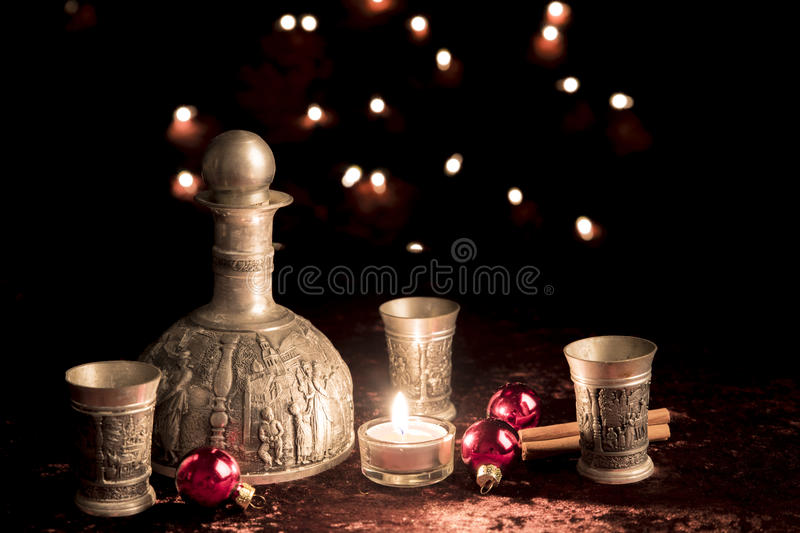 Старый певтер кувшина вина на рождестве стоковые фото