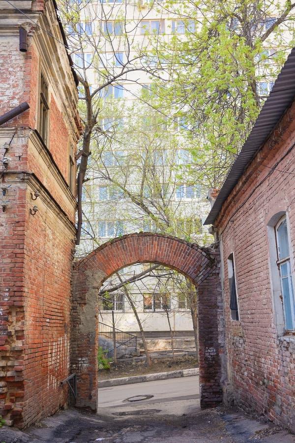 Старый переулок со сводом от красного кирпича стоковое изображение rf