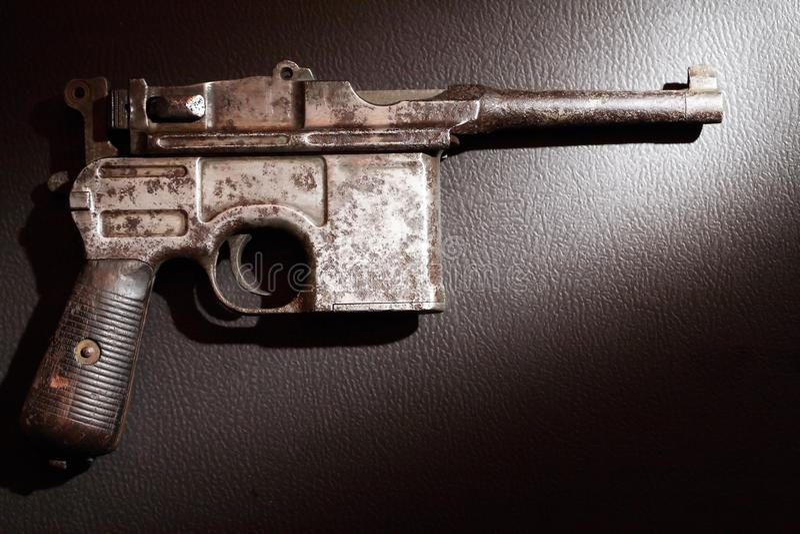 Старый пистолет на темноте стоковое фото rf
