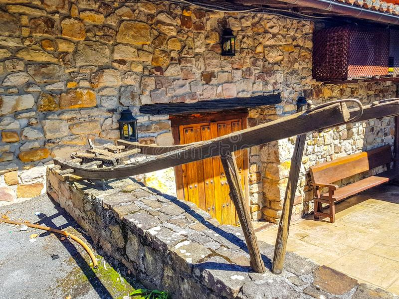 Старый плужок расположенный на входе дома в Испании как украшение Плужок был использован в поле для того чтобы вспахать поле вытя стоковое изображение