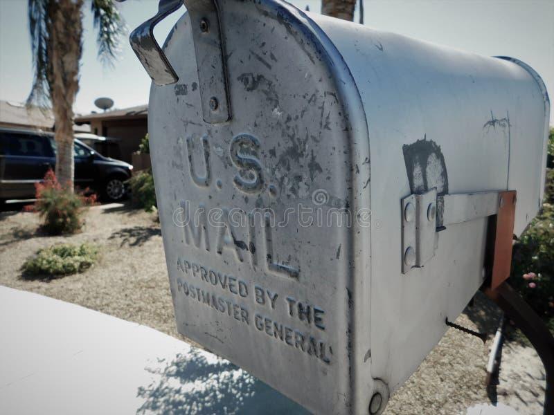 Старый побитый u S Почтовый ящик почты стоковое изображение rf